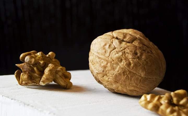 Noci e rucola, preziosi alimenti che abbassano il colesterolo